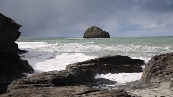 Pohled z moře Racek rock s vlny zřítilo na skalách Trebarwith Strand Cornwall Anglie Uk pobřežní vesnice mezi Tintagel a Port Isaac