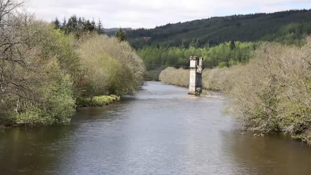 Řeka Oich Fort Augustus Skotsko Uk skotské vysočiny populární turistická vesnice u jezera Loch Ness s Mosteckou věž
