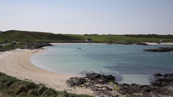 Skotský pláž s bílým pískem a průzračným mořem Portnaluchaig severně od Arisaig západní Skotsko Spojené království skotské vysočiny