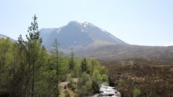 Uk Skotska Ben Nevis s sněhu trumfl hory v létě horské bystřiny v popředí, Lochaber skotské vysočiny