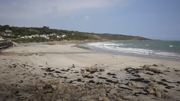 Coverack hlavní pláže cornwall Anglie uk s vlnami