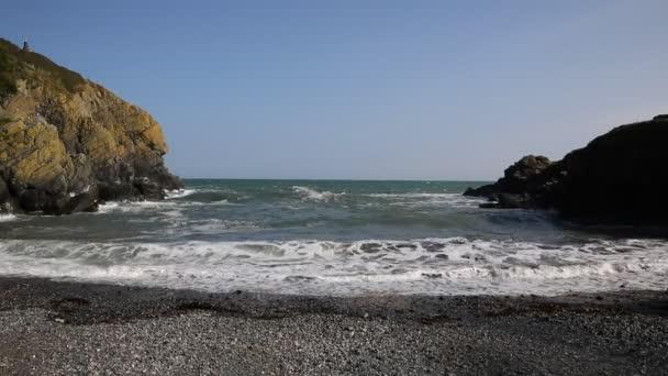 Díval se na moře s vln lapování v z cadgwith cornwall malé pobřežní anglické zátoce na krásné letní den