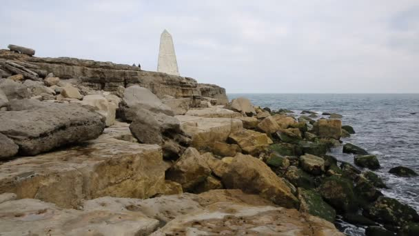 Obelisk Portland Bill Isle of Portland Anglie Velká Británie jih ostrova varuje lodí ze skály na pobřeží během dne