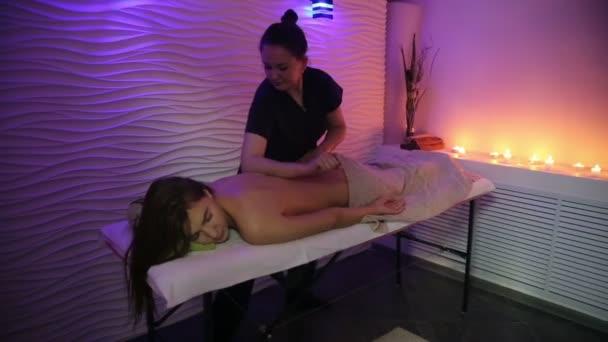 Wellness-Massage für den schönen weiblichen Körper.