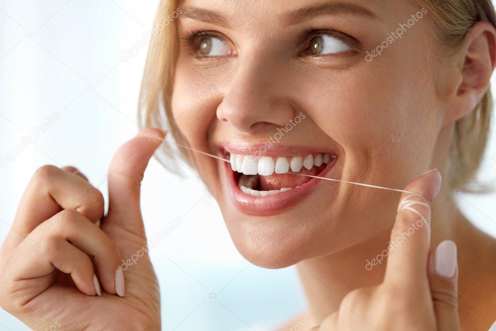 93f9c6b53 Cuidados com os dentes. Bela mulher sorridente