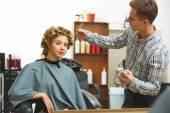 fodrász csinál frizura a nő