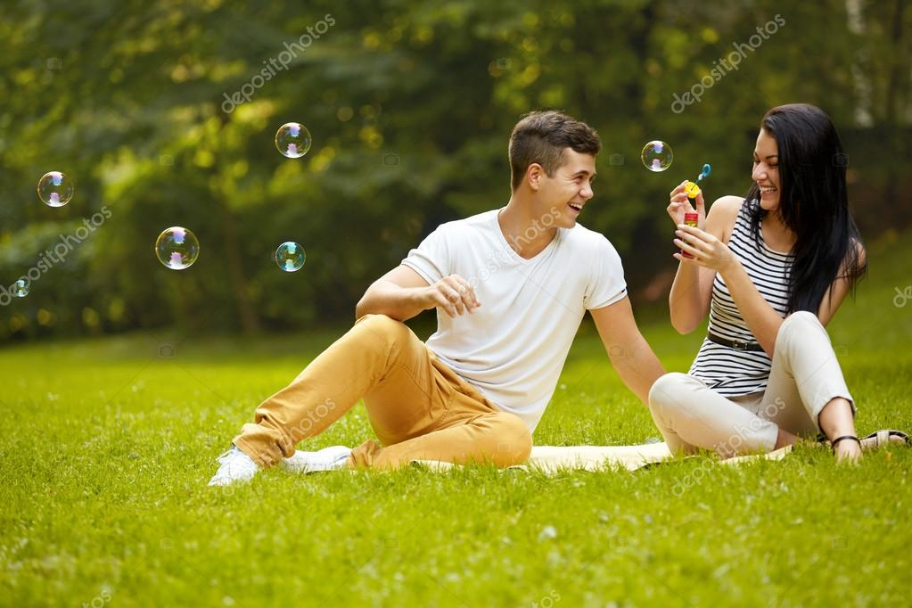 Pareja De Enamorados. Pareja Feliz En El Parque De Verano