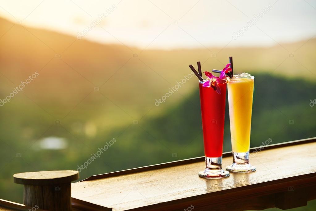 Getränke. Exotische Cocktails In Luxus-Bar. Thailand auf Hintergrund ...