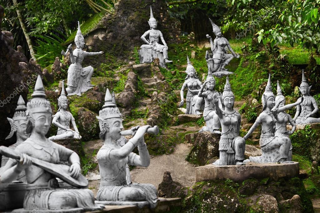 closeup de estatuas de piedra del jardn de buda secreto mgico en koh samui figuras de humanos y deidades bailando y tocando lugar para la relajacin y