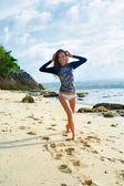 Létě. Šťastný Surfer Girl baví, letní dovolená cestování