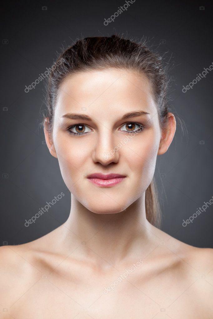 4dd9c19ec642 Νεαρή γυναίκα φυσικό με μεγάλη δέρμα χροιά — Φωτογραφία Αρχείου ...