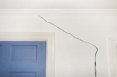kırık duvar