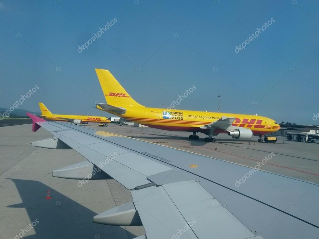 dhl vliegtuigen op de luchthaven redactionele stockfoto route66 53724303. Black Bedroom Furniture Sets. Home Design Ideas