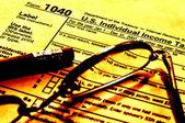 Fotografie Daňové formuláře brýle a tužka