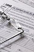 Fotografie Daňové formuláře s brýlemi