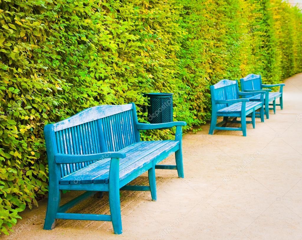 blaue Holzbänke im Park von Wallenstein Garten, Prag, Tschechische ...