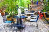 Fényképek Szabadtéri étterem asztalok székekkel sárga