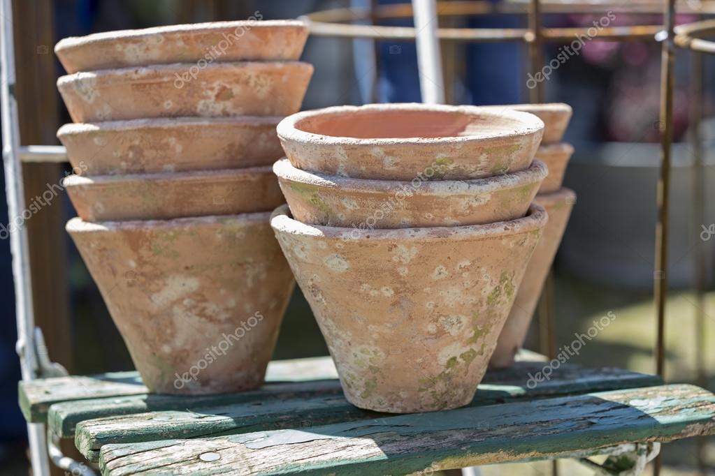 Vasi di terracotta usato su una vecchia sedia foto stock for Vasi terracotta prezzi