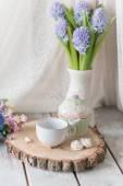 váza s velkou kyticí Hyacint