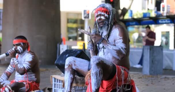 Aborigine-Darsteller auf der städtischen Straße in Sydney tagsüber