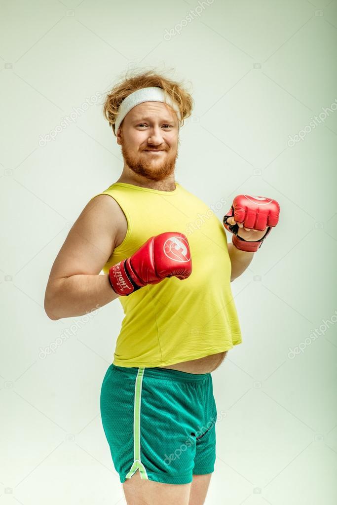 Concept de sport et de conditionnement physique - jeune sportif montrant des muscles ...