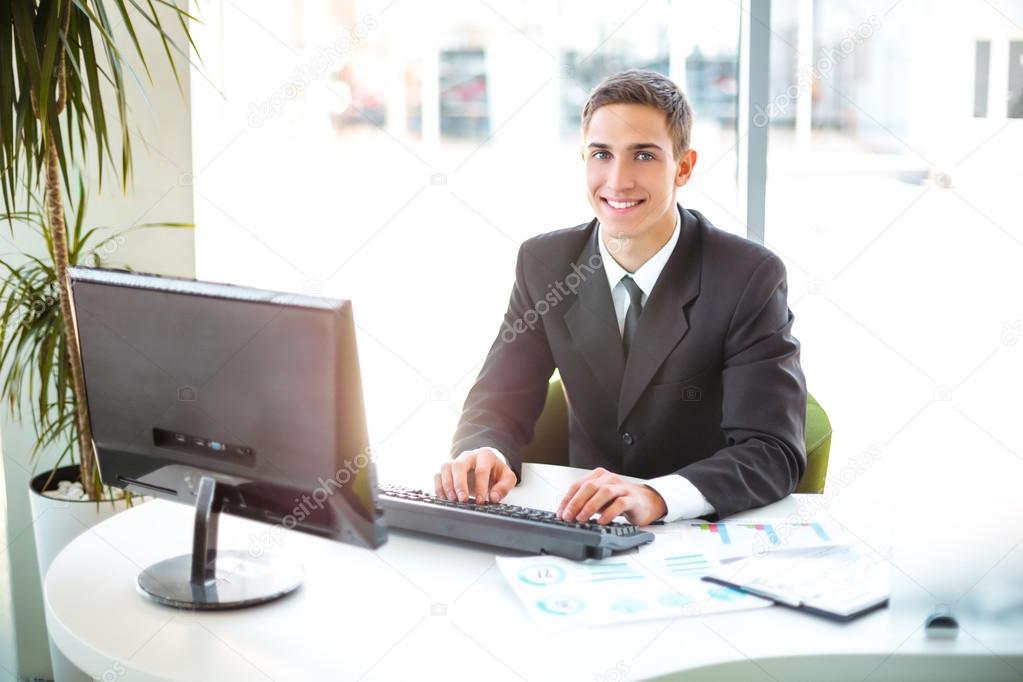 Concept pour homme daffaires prospère dans le bureau moderne