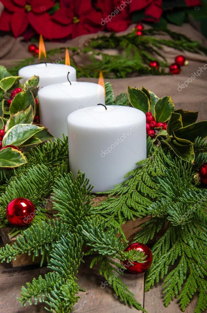Immergrüne Weihnachten Herzstück Mit Weißen Kerzen Und Poinsetti U2014 Stockfoto