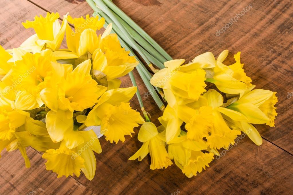 Ramo De Narcisos Amarillos Fotos De Stock C Zigzagmtart 70139915 - Narcisos-amarillos