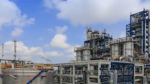 Öl- und Raffinerieplan mit blauem Himmel, Zeitraffer
