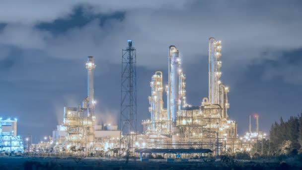 Ölraffinerie Industrieanlage in der Nacht, Zeitraffer