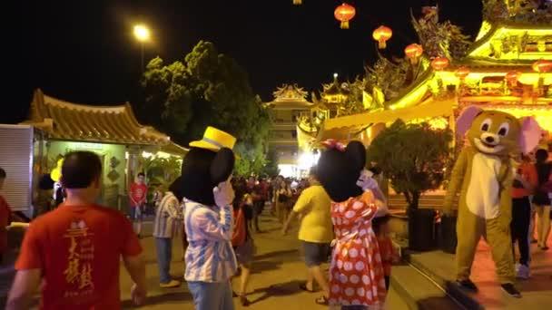 Disney maskot interagovat s davem