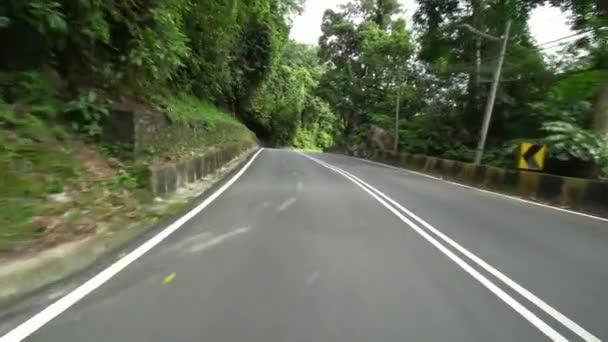 Jeďte na venkovské silnici v Sugnai Pinang, Balik Pulau. Přírodní zelená krajina silnice.