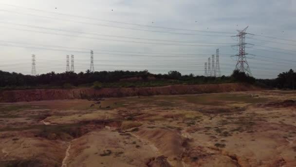 Elektrická věž poblíž terénní mýtiny pro výstavbu bytů