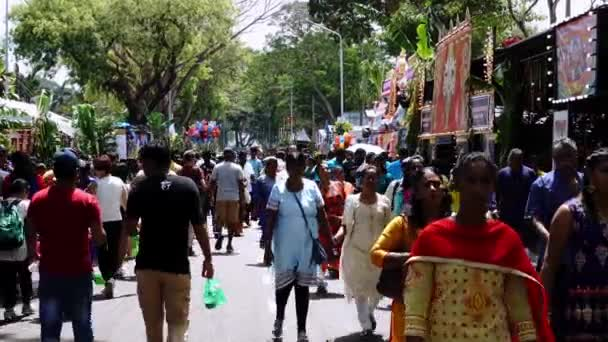 Hindu-Gläubige gehen an heißen, sonnigen Tagen auf die Straße.