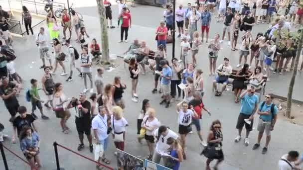 Lidé chodí v bulváru Passeig De Gracia - Barcelona