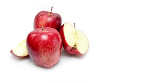 Jablka rotující na bílém pozadí