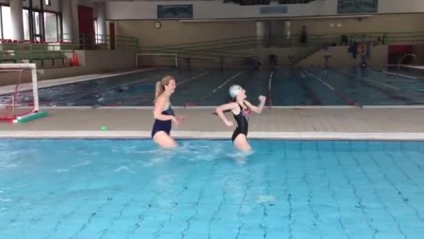 Máma a dcera jsou školení v mělkou vodou