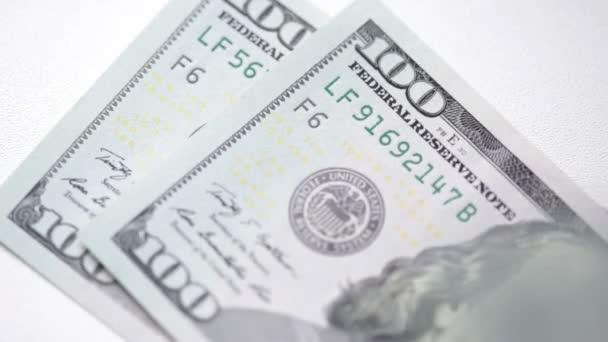 Člověk počítá své peníze close-up. 100 dolarové bankovky jsou použity v tomto videu. FullHD