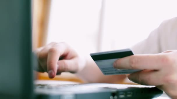 Az ember használ hitelkártya és a laptop az online fizetés. FullHD videóinak