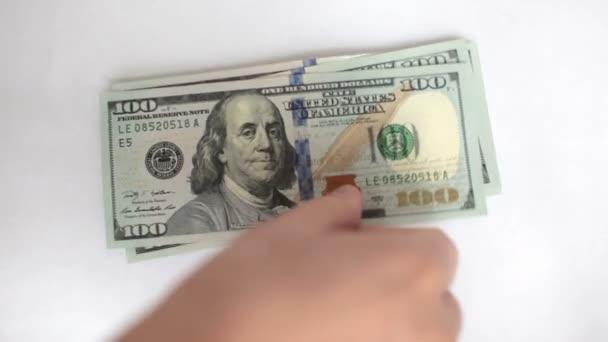člověk počítá své peníze