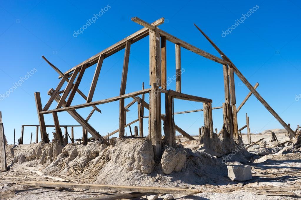estructuras de madera de una casa decaídos bombay playa pueblo ...