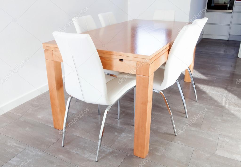 Sedie Bianche E Legno : Tavolo in legno e sedie bianche u2014 foto stock © gelpi #77920290