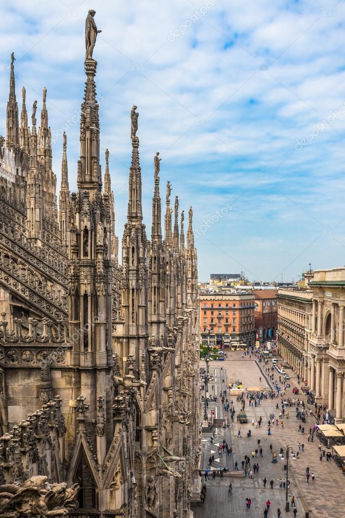 Terrazze sul tetto del Duomo di Milano — Foto Stock © javarman ...