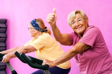 Senior fitness woman doing thumbs up.