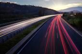 Fasci di luce di veicoli su strada