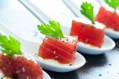 Fotografie Chutný tuňáků sousto na keramické lžíce