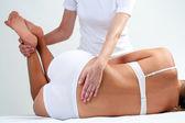 Terapista che fa massaggio alla schiena inferiore