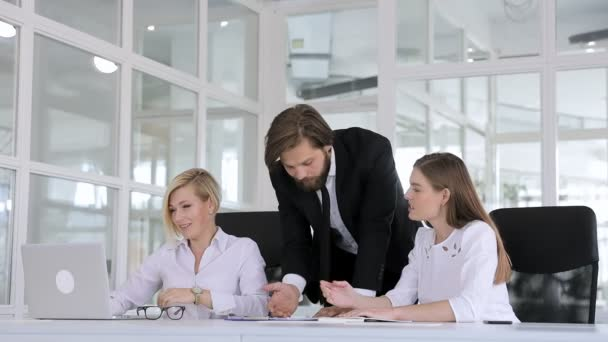In the meeting room, the boss was angry with his subordinates who did not meet the companys goals.