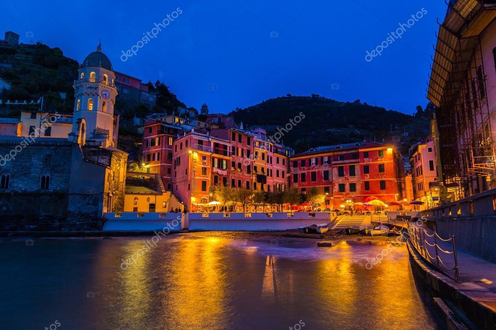 Paesaggio di sera bellissime cinque terre italia foto for Immagini di case bellissime