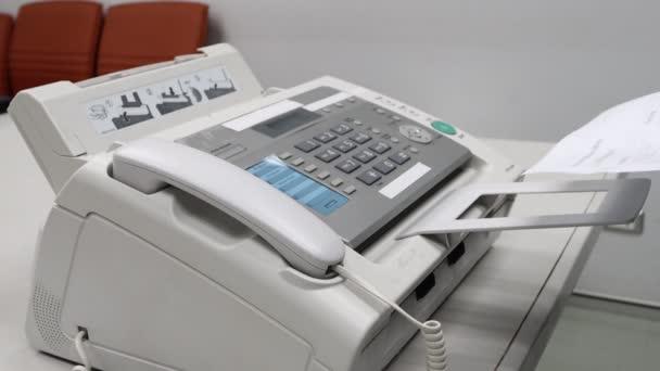 Hand Mann verwenden ein Faxgerät im Büro, Ausrüstung für die Datenübertragung.